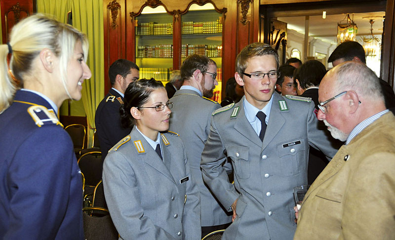 Offizieranwärter und Offiziere im Gespräch mit Gerhard Puse