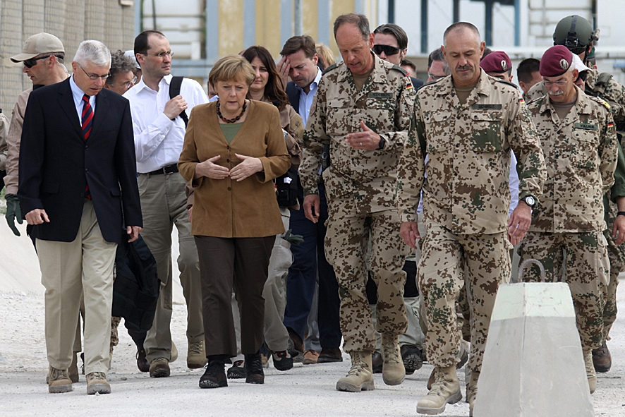 Bundeskanzlerin Merkel mit Soldaten